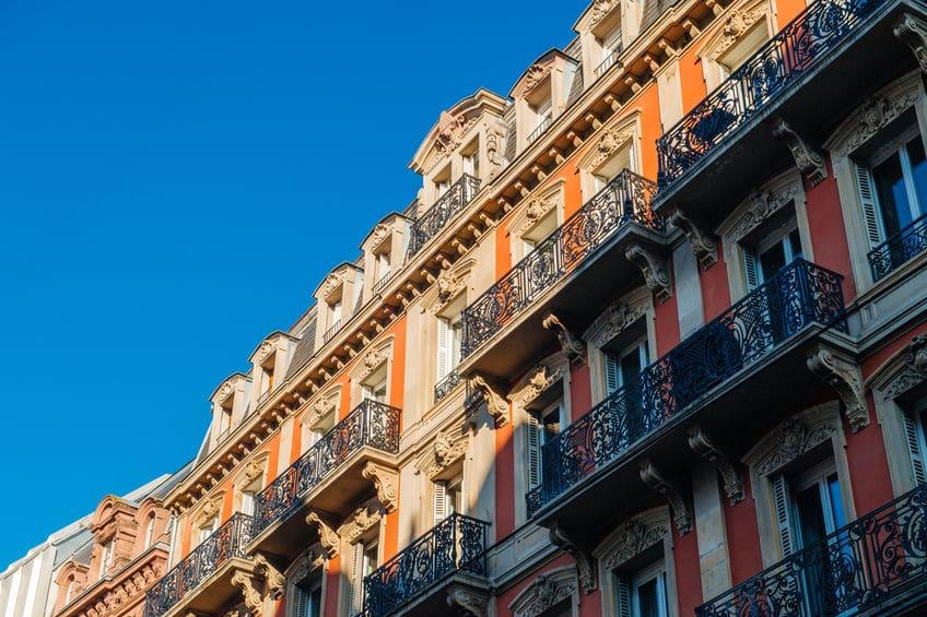 Quelles sont les caractéristiques des immeubles haussmanniens à Paris?